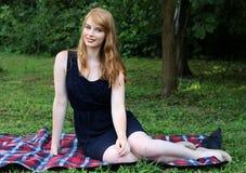 红头发人在公园 免版税图库摄影