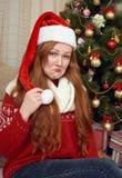红头发人女孩女孩仿效一个醉酒的人 在圣诞节装饰的画象 与杉树和礼物的家内部 除夕a 免版税图库摄影