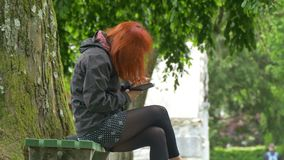 红头发人女孩读书智能手机 股票录像