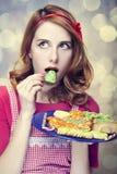 红头发人妇女用曲奇饼 免版税库存图片