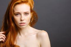 红头发人妇女,睫毛,完善的皮肤 女孩,发光的波浪发 免版税图库摄影