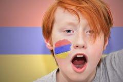红头发人有在他的面孔绘的亚美尼亚旗子的爱好者男孩 库存图片