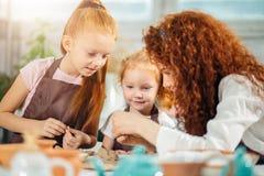 红头发人母亲和孩子女儿从黏土和戏剧一起在家铸造了 免版税图库摄影
