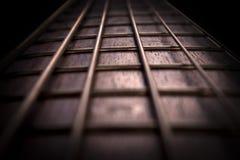 红木低音吉他苦恼板和串 图库摄影