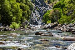 红木小河,高速公路180,国王峡谷国家公园, Californ 库存图片