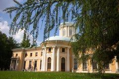 红木的具球果分支构筑一个古国豪宅的公园 阿尔汉格尔斯克州村庄  俄国 库存图片