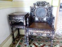 红木酵母酒蛋糕Nyonya边表&椅子与珍珠&大理石的母亲 免版税图库摄影
