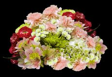 红桃红色黄色白的花花束在被隔绝的黑背景的与裁减路线 没有影子 特写镜头 玫瑰丁香c 免版税库存照片