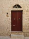 红棕色木门在马耳他 免版税库存图片