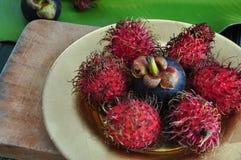 红毛丹和山竹果树在板材 免版税库存图片