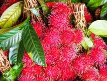 红毛丹在市场上 免版税库存图片