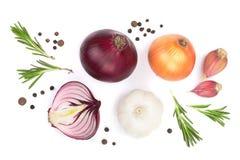 红洋葱、在白色背景隔绝的大蒜用迷迭香和干胡椒 顶视图 平的位置 库存图片