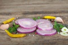 红洋葱用大蒜和胡椒 库存图片