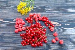 红浆果莓和葡萄在一张木桌上的 免版税图库摄影