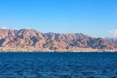 红海海岸线风景在亚喀巴湾 免版税库存图片