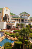 红海海滩的热带豪华旅游胜地旅馆在Sharm El谢赫 免版税库存图片