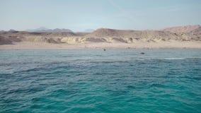 红海的透明的深水和海岛的离开的岸 股票录像