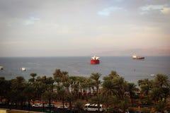 红海船风景看法亚喀巴,约旦港的  库存照片