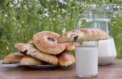红润开胃新鲜的牛奶的饼 免版税库存图片