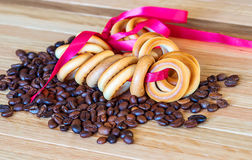 红润百吉卷和咖啡豆 免版税库存图片