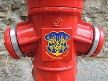 红火消防栓的片段 免版税库存图片