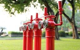 红火消防栓,射击灭火的主要管子 免版税库存照片