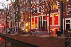 红灯区在阿姆斯特丹荷兰在晚上 免版税库存照片