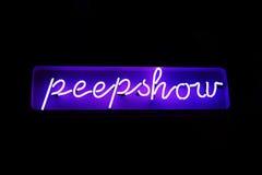 从红灯区的霓虹peepshow标志 免版税库存图片