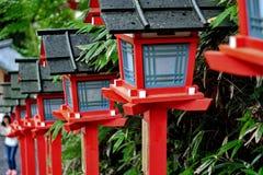 红灯杆继续了楼梯入口对Kibune-jinja shr 免版税库存照片