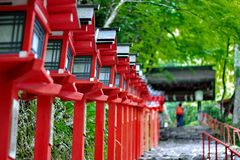 红灯杆继续了楼梯入口对Kibune-jinja shr 库存照片