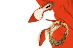 红珊瑚颜色礼服,鞋子,在白色背景的辅助部件首饰的庆祝党女性成套装备收藏,被隔绝 库存图片