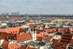 红瓦顶在慕尼黑的中心 库存图片