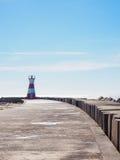 红白的灯塔在菲盖拉达福什,葡萄牙 免版税库存图片