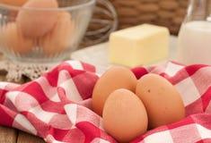 红皮蛋用烹调的黄油和牛奶 免版税库存照片