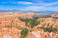 红砂岩不祥之物风景看法在布莱斯峡谷国家公园在犹他,美国-启发点看法  库存照片