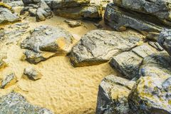 红砂岩在Papago公园在有它的许多洞的坦佩亚利桑那 免版税库存照片