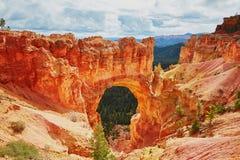红砂岩自然桥梁在布莱斯峡谷国家公园在犹他,美国 库存照片