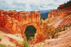红砂岩自然桥梁在布莱斯峡谷国家公园在犹他,美国 免版税库存图片