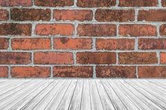 红砖与木大阳台的墙壁纹理 库存图片