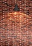 红砖在斑点光翻译下的墙壁装饰 库存图片