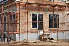 从红砖块的农村房子建筑 免版税库存图片