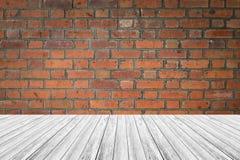 红砖墙壁与木大阳台的纹理表面 库存图片