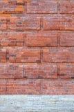 红砖墙壁和白色花岗岩背景纹理  图库摄影