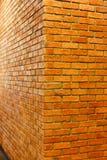 红砖墙壁空的砖墙角落视图构造了背景, 免版税库存图片