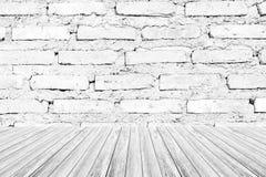 红砖墙壁纹理,在白色颜色的过程与木terrac 免版税库存图片