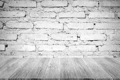 红砖墙壁纹理,在白色颜色的过程与木terrac 免版税库存照片