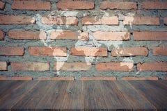 红砖墙壁纹理,在葡萄酒样式的过程与木terr 库存照片