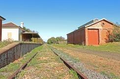 红砖墙的火车站大厦、物品棚子和平台 免版税库存照片