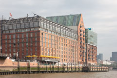红砖房子汉堡下易北河 库存图片
