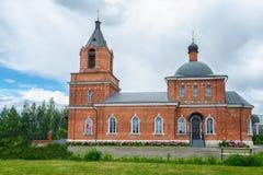 红砖正统或基督教会  美丽的蓝天 免版税库存图片